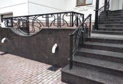 цоколь_и_лестница_в_дом_из_гранита_тен_браун